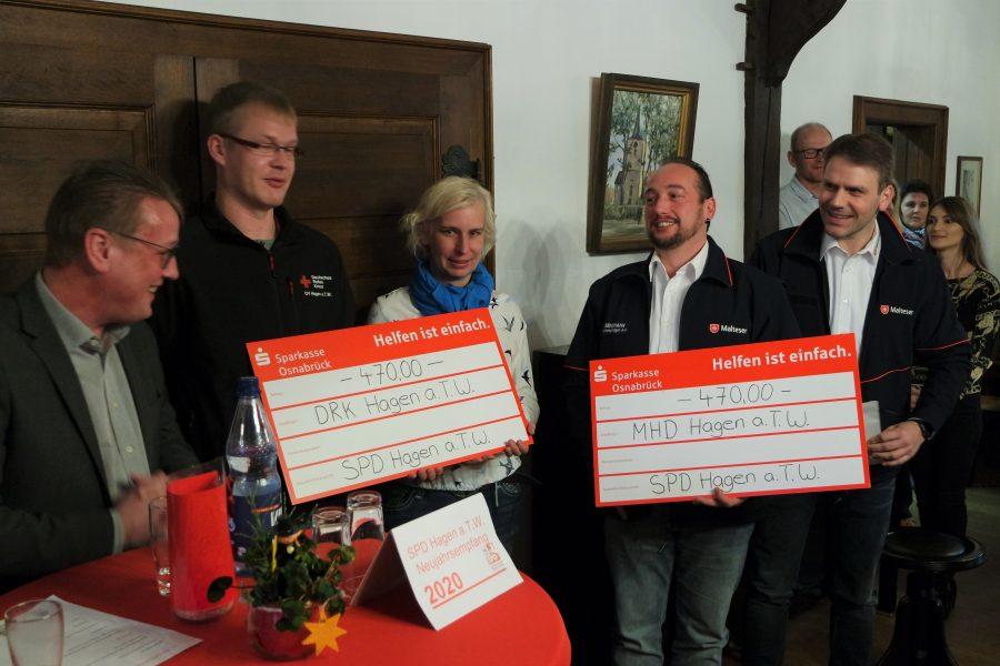 Spendenübergabe durch den Vorsitzenden Uwe Sprehe an das DRK und die Malteser